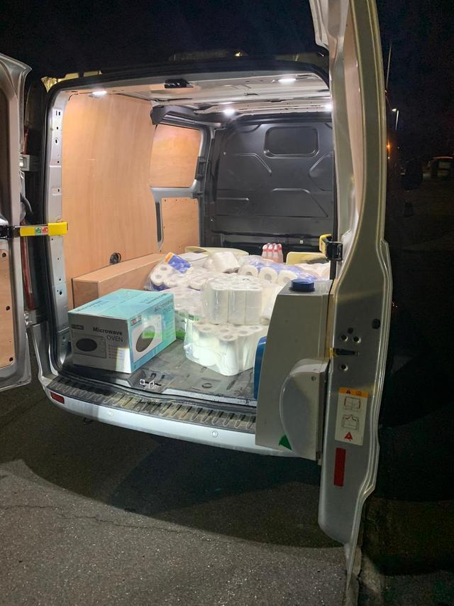"""英国三男子偷一货车卫生纸洗手液,警察叹""""没想到这也成赃物""""  第3张"""