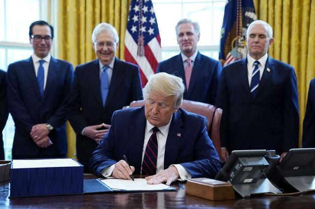 美媒:美国政府急着给穷人发支票,特朗普却要求先印上他名字  第2张