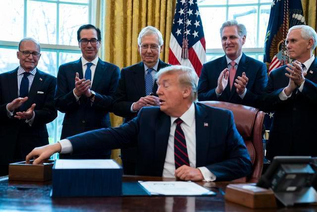 美媒:美国政府急着给穷人发支票,特朗普却要求先印上他名字  第1张