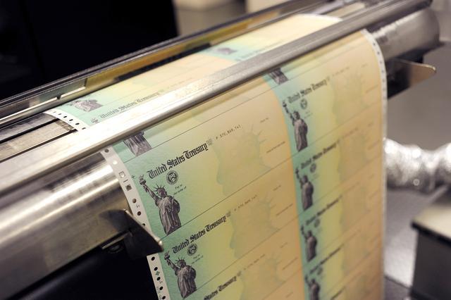 美媒:美国政府急着给穷人发支票,特朗普却要求先印上他名字  第3张