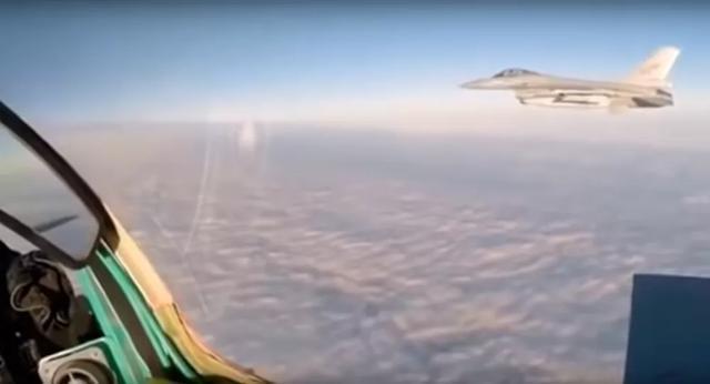 北约F-16试图接近俄军轰炸机,米格-31突然挤进两机之间将其驱离  第1张