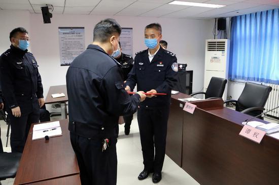 酒后闯卡还对警察挥刀,拘!北京海淀严惩袭警违法行为  第2张