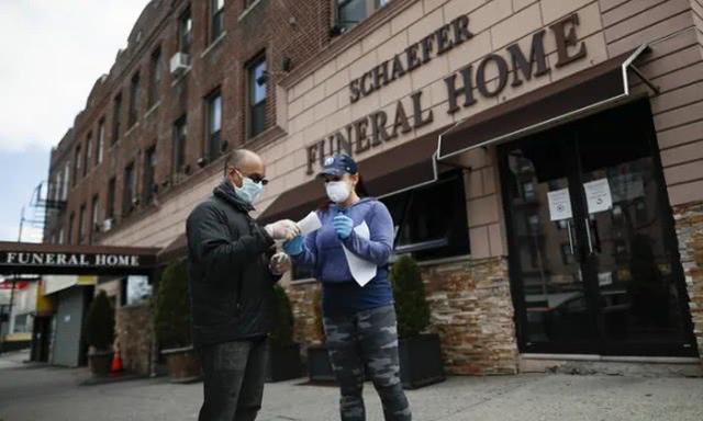 美国纽约州火葬场有些尸体积压近一个月 志愿者帮忙转移  第2张