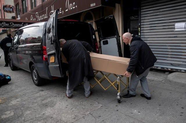 美国纽约州火葬场有些尸体积压近一个月 志愿者帮忙转移  第4张
