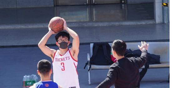 打球戴口罩不是开玩笑 北京室外运动场准入严格  第1张