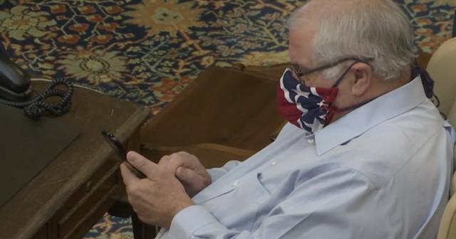 口罩图案类似美国内战蓄奴一方旗帜,美国一参议员道歉