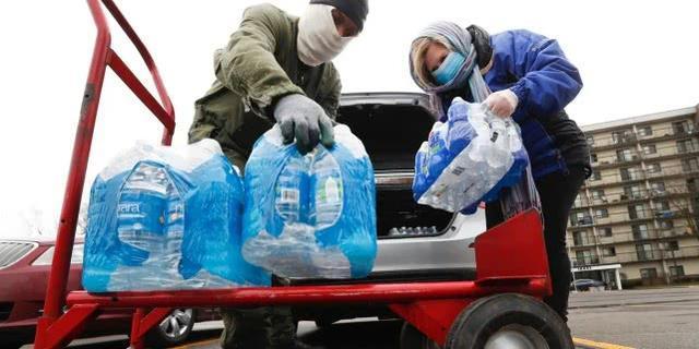 疫情下家里没水喝也无法洗手,美国底特律大量低收入家庭断水数月  第1张