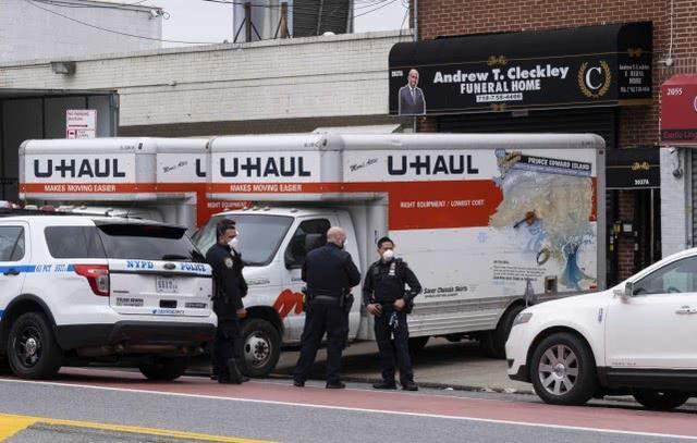 美国殡仪馆外发现四辆卡车载有60具尸体,报警人称车上滴液体  第2张