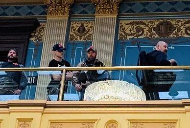 美国密歇根州示威者持枪闯入议会,议员称被吓得穿上防弹衣  第1张