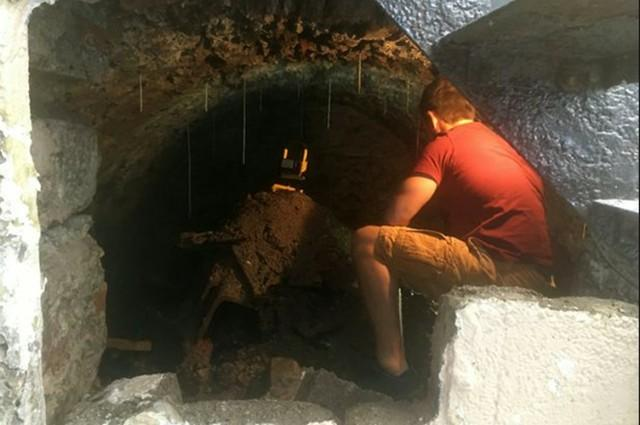 防护中无趣凿墙,英国男子在自己地底发觉百年老前神密隧道施工  第1张