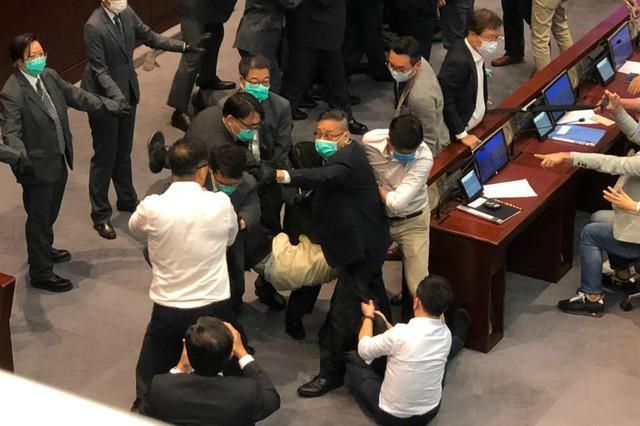 香港立法会矛盾!有反对党立法委员被抬走!  第2张