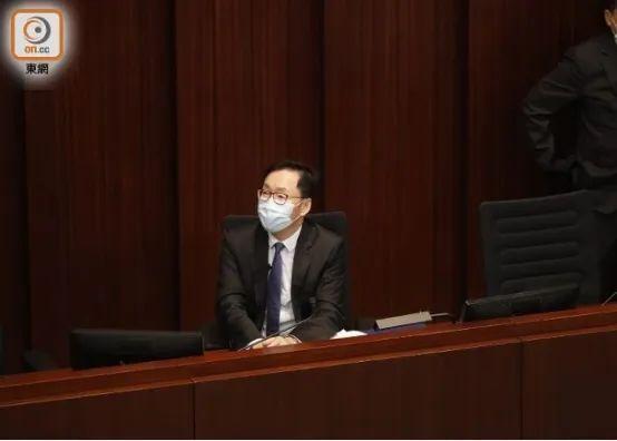 香港立法会矛盾!有反对党立法委员被抬走!  第1张