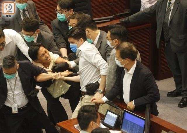 香港立法会矛盾!有反对党立法委员被抬走!  第3张