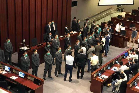 香港立法会矛盾!有反对党立法委员被抬走!  第4张