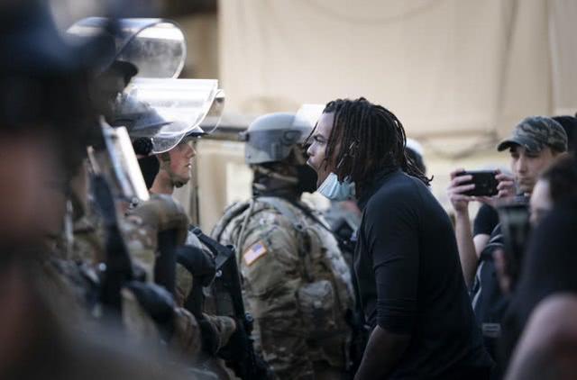美国防军乱射漆料弹,指令向住户打枪,川普夸赞干的漂亮  第2张