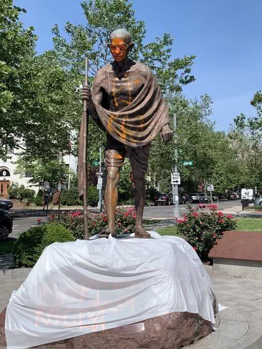 """圣雄甘地塑像在美被毁坏 被涂""""种族主义者""""等关键字"""