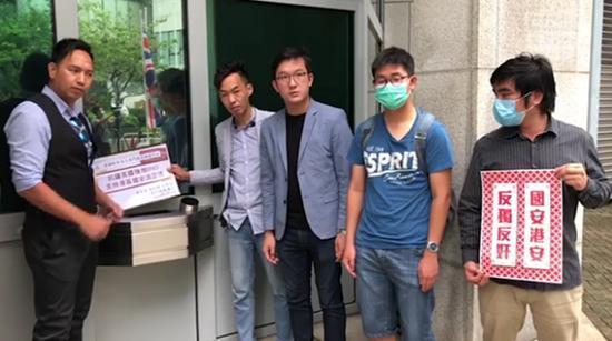 港人到美国驻港总领馆强烈抗议美国干预我国内政,撕烂BNO护照  第1张