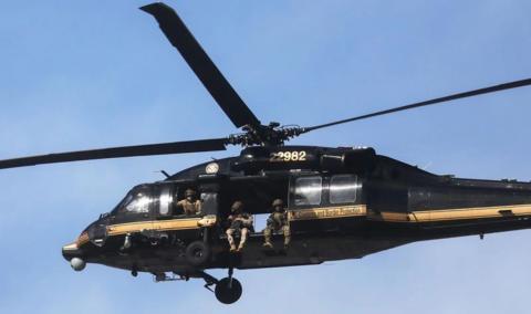 英国一架监控强烈抗议的直升飞机 被澳大利亚激光器不断进攻  第1张