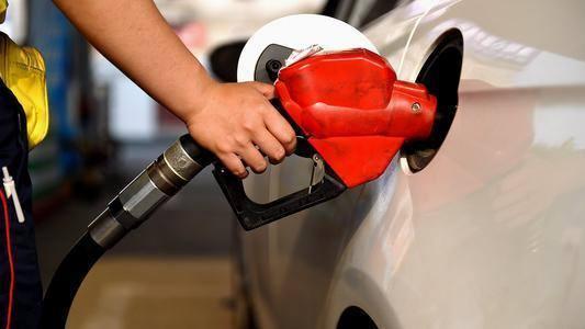 满油一箱油将多花约4.5元 今年国内油价初次上涨  第1张