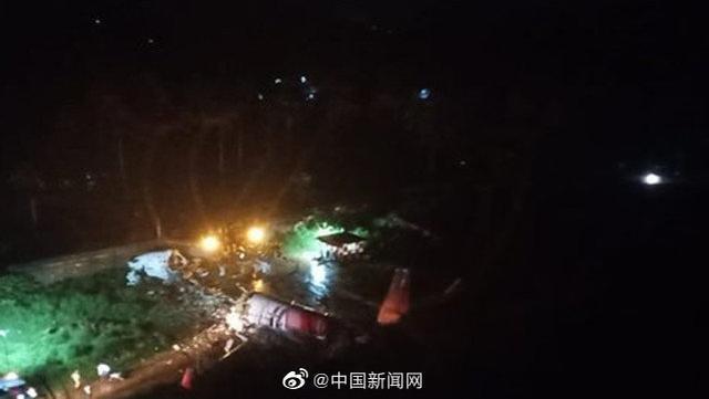 印尼一架波音737飞机着陆时冲破运动场外壳破裂,机里共191人