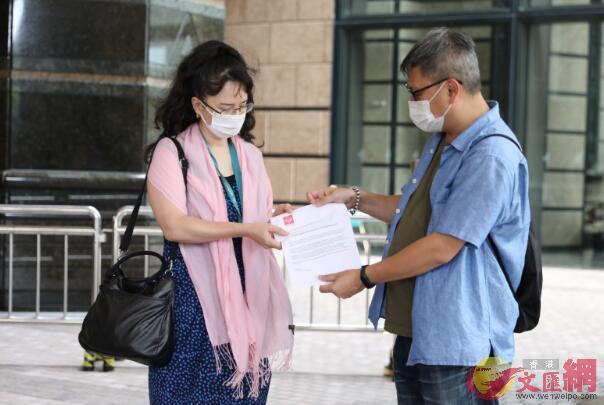 英国斥责中国香港却自身延迟大选,群众团队到领事馆强烈抗议强盗逻辑  第1张