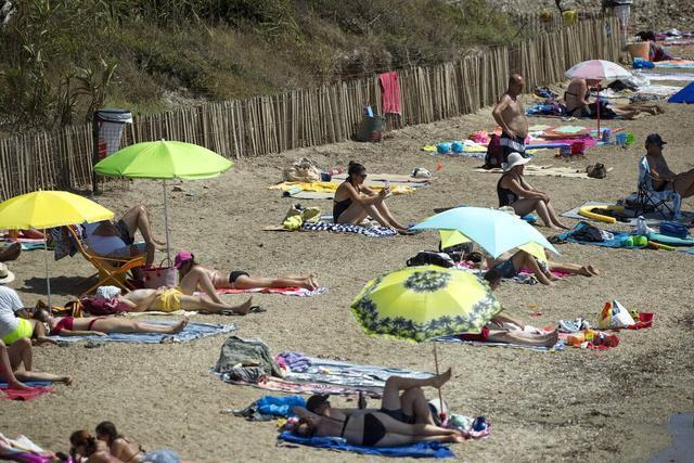 荷兰女人裸晒日光浴被警察指令穿衣服,经济部长全力支持:随意很宝贵  第2张
