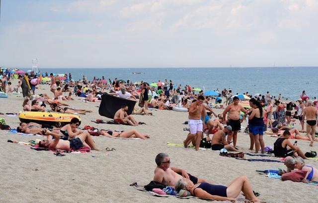 荷兰女人裸晒日光浴被警察指令穿衣服,经济部长全力支持:随意很宝贵  第1张
