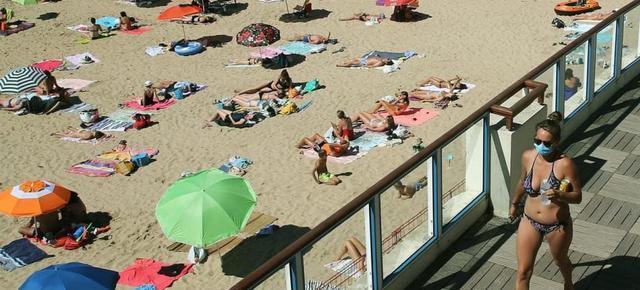 荷兰女人裸晒日光浴被警察指令穿衣服,经济部长全力支持:随意很宝贵  第3张