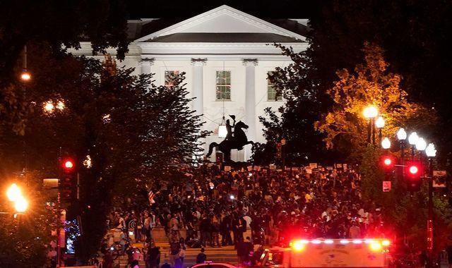不管不顾疫防具体指导在美国白宫听特朗普演讲,当场群体基本上没有人佩戴口罩  第3张