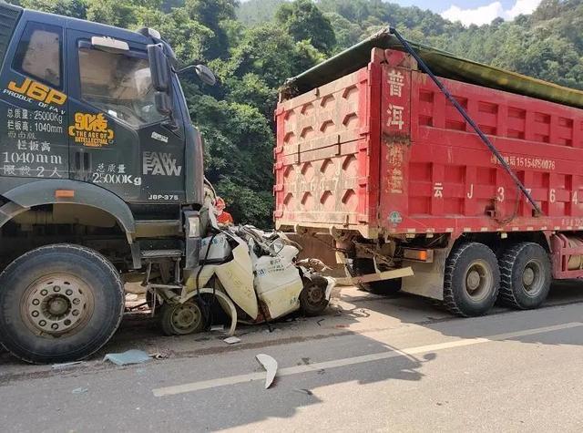 惊险刺激!云南省澜沧一小轿车被揉成铁疙瘩 驾驶员惊喜获救  第1张