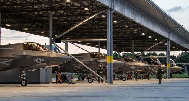 女神号航空母舰出現肺炎疫情之时,提前准备上舰训炼的美国军队10架F-35B抵英  第1张
