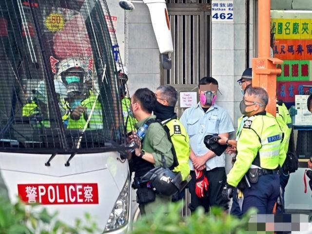 中国香港涉危驾大巴驾驶员被测一不小心安全驾驶:单手控汽车方向盘作激怒手式  第1张