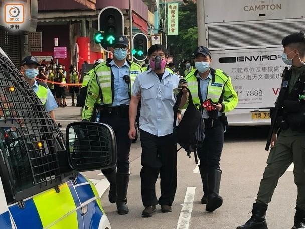 中国香港涉危驾大巴驾驶员被测一不小心安全驾驶:单手控汽车方向盘作激怒手式  第2张