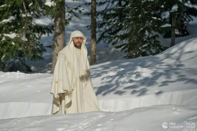 """一名前俄罗斯警察自称是""""耶稣转世"""",因涉嫌暴力和诈骗钱财而被捕  第2张"""