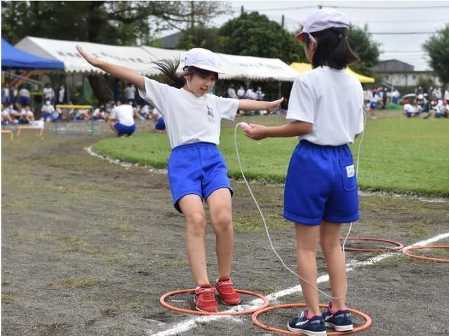 日本小学运动会现在是2米长的接力棒,网友吐槽:我以为只是一段  第2张