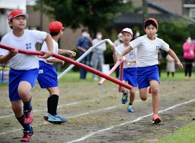 日本小学运动会现在是2米长的接力棒,网友吐槽:我以为只是一段  第1张