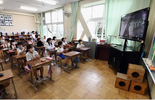 日本小学运动会现在是2米长的接力棒,网友吐槽:我以为只是一段  第4张