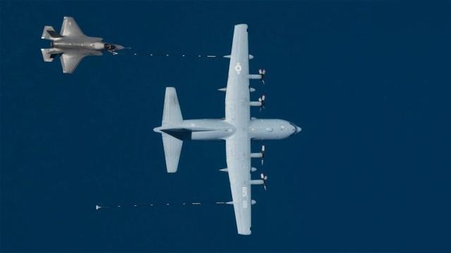 美国F-35B和KC-130J发生意外碰撞后,坠毁的飞行员跳伞逃生  第1张