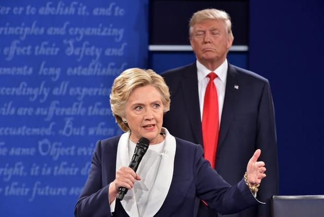 """辩论中,拜登对特朗普说:""""你能闭嘴吗?""""希拉里:我也想说。  第2张"""