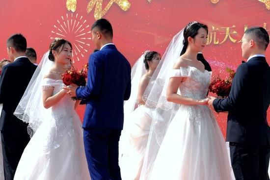 16对王源夫妇在长江岸边结婚  第3张