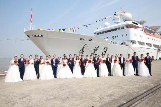 16对王源夫妇在长江岸边结婚  第7张