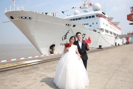 16对王源夫妇在长江岸边结婚  第4张