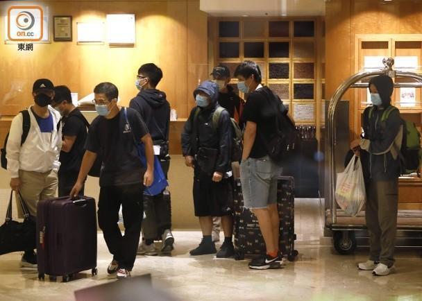 疫情爆发后,香港一家酒店关闭,香港政府计划对一些人实行强制检测  第2张