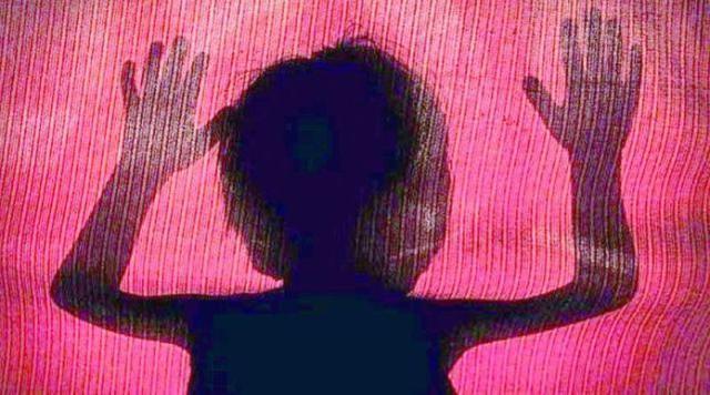太残忍了!一名来自印度的6岁女孩在被强奸后被骗出家门并被活活烧死