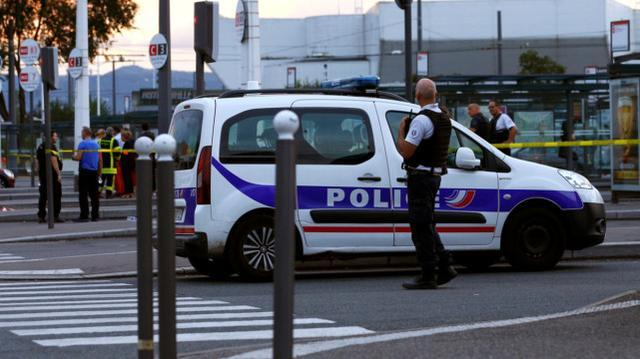"""这名妇女拿着一个可疑的包裹,声称要""""炸毁一切"""",法国的一个火车站被紧急疏散"""