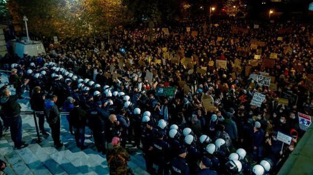 波兰的反堕胎禁令运动引起了巨大的轰动:数万名妇女参加了抗议活动,女权组织呼吁举行罢工