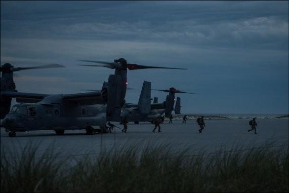 美国特种部队营救人质的细节被曝光:中情局提供情报,特种部队夜间跳伞  第2张