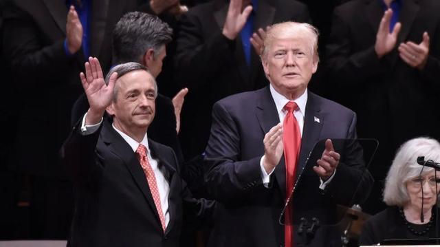 """""""不投票是对上帝的犯罪""""!支持特朗普的牧师在选举前向数百万信徒呼喊  第2张"""