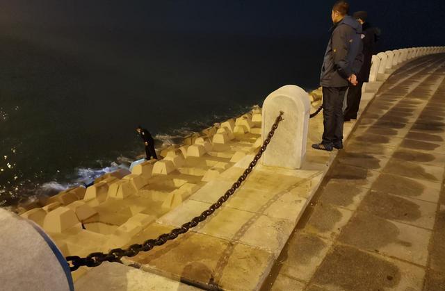 36岁的儿子在跨海大桥上跳海。七天以后,他的母亲在同样的位置掉进海里,死了...  第1张