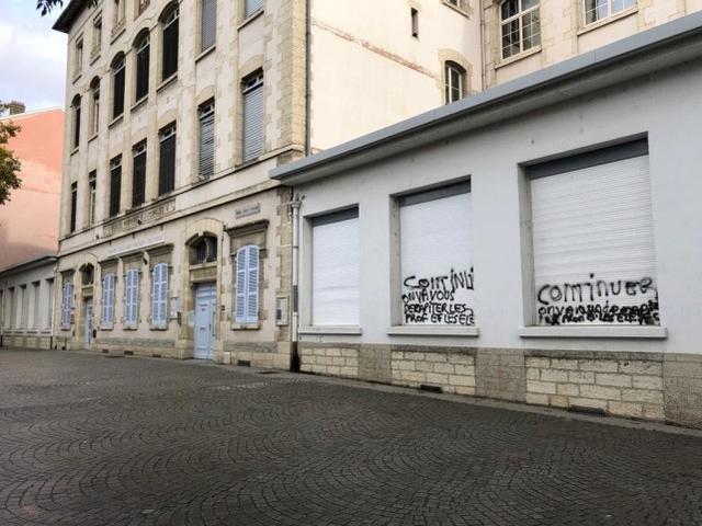 涂鸦威胁要砍头杀害教师和学生,两名男子在法国被判处两年监禁  第3张